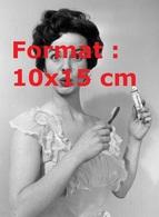 Reproduction D'une Photographie Ancienne D'une Jeune Femme Posant Pour Un Publicité De Dentifrice En 1954 - Reproductions