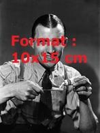 Reproduction D'une Photographie Ancienne D'un Homme En Cravate Posant Pour Un Publicité De Dentifrice En 1936 - Reproductions
