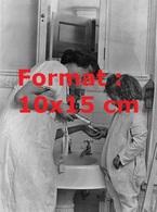 Reproduction D'une Photographie Ancienne D'une Maman Montrant à Sa Fille La Mise Du Dentifrice Sur La Brosse En 1930 - Reproductions
