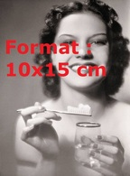 Reproduction Photographie Ancienne D'un Portrait D'une Jolie Femme Avec Du Dentifrice Sur Sa Brosse Et Un Verre D'eau - Reproductions