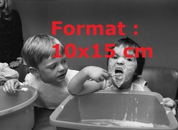 Reproduction Photographie Ancienne D'un Jeune Enfant Avec Du Savon Sur Le Visage, Se Lavant Les Dents Avec Du Dentifrice - Reproductions