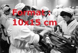 Reproduction D'une Photographie Ancienne D'ouvrières à La Fabrication Du Dentifrice Gleem En 1956 - Reproductions