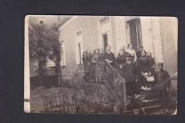 Carte Photo écrite En 1914 De Eysines 33 Portrait Groupe Famille Decroix Devant Maison  Employe Chemin Fer (Ref. 40561) - France