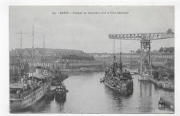 BREST EN 1918 - N° 127 - MARINE MILITAIRE - CUIRASSE EN ARMEMENT SOUS LA GRUE ELECTRIQUE - CPA VOYAGEE - Brest