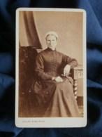 Photo CDV  Gallas à Chartres  Femme Assise Portant Une Coiffe (Mme Peny) CA 1870 - L487 - Ancianas (antes De 1900)