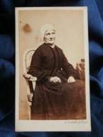 Photo CDV  Duvernel à Paris  Femme âgée Assise (Mme Peny) Portant Une Coiffe Sec. Empire  CA 1865-70- L487 - Ancianas (antes De 1900)