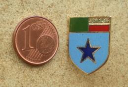 1 Pin's Blason écu GENDARMERIE étoile - Militari