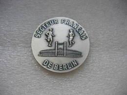 Médaille Marche Populaire Des 25 Kms De BERLIN Dans Le Secteur Francais De La Ville Le 3 Mai 1981 - Army