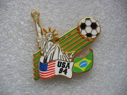 Pin's Double Moule, Championnat De Football Aux USA En 94. Statue De La Liberté - Calcio