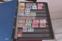 Suisse  Dans Un Classeur De 32 Pages - Briefmarken