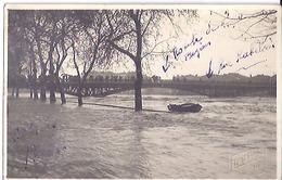 """AGDE -CRUE DE L'HERAULT    MARS  1928       CARTE PHOTO   """"ROUTE DE BEZIERS """"  ANIMEE SUR LE PONT - Fotos"""