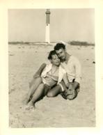 PHOTO ORIGINALE COUPLE BORD DE MER ASSIS SUR LE SABLE MAILLOT DE BAIN 12 X 9 CM - Lieux