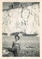 AULT 1949 PHOTO ORIGINALE  FEMME EN MAILLOT DE BAIN 9 X 6 CM - Lieux