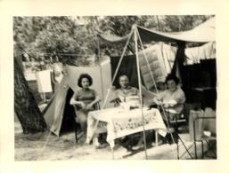 HOMME ET FEMMES EN CAMPING ET TENTE PHOTO 12 X 9 CM - Lieux