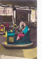 Cpa-auto-jeux / Jouet / Fete Foraine-couple D'amoureux En Auto Tamponneuse-pas Sur Delc. - - Autres
