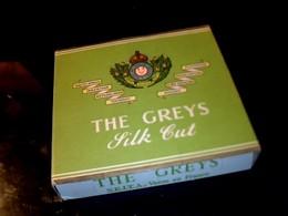 """Publicité Ancien Paquet En Carton De Cigarette Vide Anglaise  """" The Greys Fitk Cut """" - Cigarettes - Accessoires"""