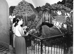 Photo Costa Rica Basilique De Cartago Des Femmes Prient La Vierge Des Anges Photo Vivant Univers - Lieux