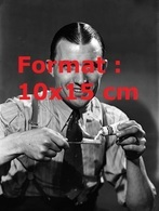 Reproduction D'une Photographie Ancienne D'un Homme En Cravate Posant Pour Une Publicité De Dentifrice En 1936 - Reproductions