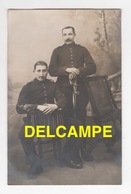 DD / MILITARIA / RÉGIMENT A  DÉTERMINER / DEUX SOLDATS ET UN SABRE / EXPÉDIÉE DE BESANÇON EN 1911 - Regimientos