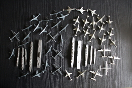 FIGURINES PLASTIQUES - Lot De 52 Navires Et Avions De Guerre - Militaires