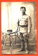 CPA Carte Photo D'un Militaire Officier Régiment à Identifier Chez Le Photographe - Regiments