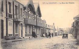 80 -LE CROTOY : La Rue Des Chalets ( Animation Automobile ) - CPA Village ( 2.080 Habitants ) - Somme - Le Crotoy