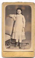 Photo Albuminée, Bombée  CDV- Ca 1880  F. VAGUE à APT (Vaucluse) JEUNE FILLE à La COIFFURE TRES BOUCLEE, BOTTINES(ref 18 - Fotos