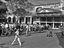 """Photo Cuba File D'attente (la """"cola"""") Devant ... Un Kiosque à Journaux Photo Vivant Univers - Orte"""
