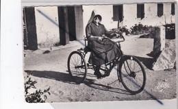 ILE D'Oleron (17) La Femme Au Tricycle Coiffée De La Kiss-not - Ile D'Oléron