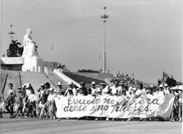 """Photo Cuba Cortège Officiel Avec Banderolle De Propagande Pour Appeler L'école """"ateliers"""" Photo Vivant Univers - Orte"""