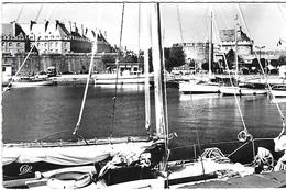 ! - France - Saint-Malo - Cité Corsaire - Le Bassin Des Yachts Vers Le Château - 2 Scans - Saint Malo