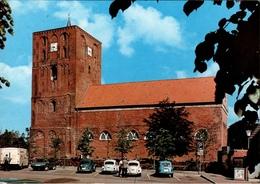 ! Moderne Ansichtskarte Kirche Marienhafe, Autos, Cars, Voiture, VW Volkswagen Käfer, Renault R5 - PKW