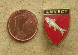 1 Insigne Blason Ancien En Métal Ville ANNECY - Andere Verzamelingen