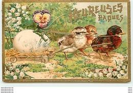 Carte Gaufrée - Heureuses Pâques - Poussins Tirant Un Oeuf - Pâques