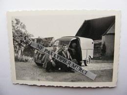 Citroen 2CV 2 CV Fourgonnette AU AZU ? Couple Pose Dans Une Ferme Campagne Photo Originale Cliché Amateur - Automobile