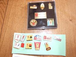 LOT SUR LES JEUX OYMPIQUES 1 COFRET DE 5 PINS OFFICIELS ALBERVILLE 1992 + 11 PINS 53 CARTES POSTALES 33 ENVELOPPES - Giochi Olimpici