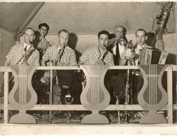 """Groupe De Musiciens Anjou Photo Prise Par R Cordon Brissac  Maine Et Loire  """" Photo 23.5x18 """"  1 - A Identifier"""