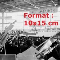 Reproduction Photographie Ancienne Du Président Charles De Gaulle Au Bourget Devant Une Maquette Du Concordeen 1963 - Reproductions