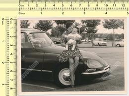 REAL PHOTO 1970's Woman Holding Baby Citroën DS Car Automobile, Voiture ORIGINAL VINTAGE SNAPSHOT PHOTOGRAPH - Automobili