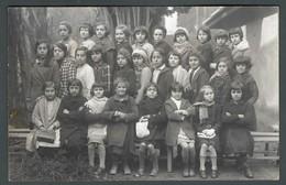 L'ECOLE D'autrefois Une Classe De Filles Avec Petites élèves Posant Dans La Cour De Récréation Enfants PHOTO Carte - Ecoles