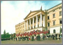 PC  AUNE F-898-2- Norway,Oslo , Slottet.The Royal Palace .Flag Parade. Unused - Norvège