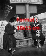 Reproduction D'une Photographie Ancienne De Michèle Morgan Assise Près D'une Dame à La Gare De Lausanne En 1946 - Repro's