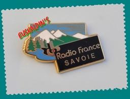 Pin's Radio France SAVOIE, Médias, Information, Presse, Zamac Signé FRAISSE, 2 Scans - Médias