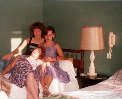 Photo Couleur Originale 3 Générations De Femmes Vautrées Sur Un Lit à L'Hôtel Vers 1970 - Pin-up