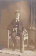 AK Foto Junger Mann Mit Hut, Stehkragen Und Spazierstock - Atelier Schiek, Posen - Ca. 1910  (47571) - Mode