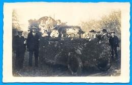 CPA CARTE PHOTO à Identifier : Fête Auto Fleurie Reine (à Droite Personnages Portant Un Costume Régional) - A Identifier