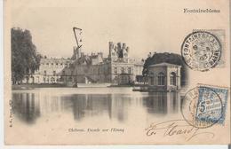 FONTAINEBLEAU.  CPA Voyagée En 1903 Château Façade Sur L'étang. Timbre Taxe 5 Centimes - Fontainebleau