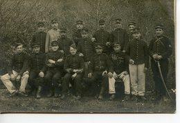 2034. CPA PHOTO GROUPE DE MILITAIRES ECRITE DE LA COURTINE 1910 CHIFFRE 34 SUR LES KEPIS - Manovre