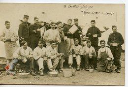 2035. CPA PHOTO GROUPE DE MILITAIRES ECRITE DE LA COURTINE 1916 REPAS DEVANT LA TENTE - Manovre