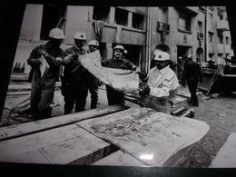 PHOTO AFP  (24 X 17.8 )  PARIS RUE RAYNOUARD (02/1978) DEBLAIEMENT APRES EXPLOSIONS  ( POMPIERS - POLICIERS ) - Lieux